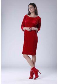 Nommo - Czerwona Luźna Sukienka z Dekoltem w Łódkę z Weluru. Kolor: czerwony. Materiał: welur