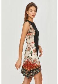 Desigual - Sukienka. Kolor: czarny. Wzór: nadruk. Typ sukienki: asymetryczne, rozkloszowane