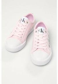 Różowe tenisówki Calvin Klein Jeans na średnim obcasie, na sznurówki