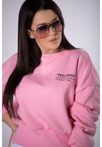 e-margeritka - Krótka bluza typu crop top - różowy, U. Okazja: na co dzień. Kolor: różowy. Materiał: bawełna, poliester, materiał, elastan. Długość rękawa: długi rękaw. Długość: krótkie. Styl: casual