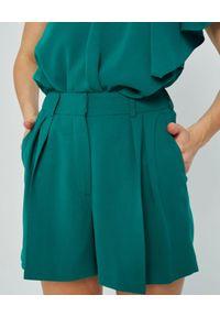 MARLU - Zielone szorty garniturowe Luis. Stan: podwyższony. Kolor: zielony. Materiał: wiskoza, elastan. Wzór: gładki. Sezon: wiosna, lato