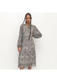 Reserved - Sukienka midi ze zwierzęcym printem - Czarny. Kolor: czarny. Wzór: motyw zwierzęcy, nadruk. Długość: midi