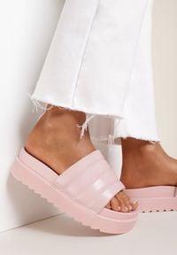 Renee - Jasnoróżowe Klapki Noeris. Nosek buta: okrągły. Kolor: różowy. Materiał: guma. Wzór: aplikacja. Obcas: na platformie