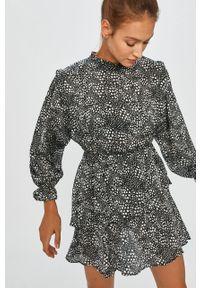 Czarna sukienka Answear Lab casualowa, na co dzień, z okrągłym kołnierzem