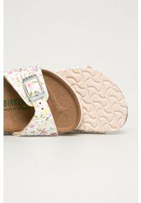 Białe sandały Birkenstock na klamry, na średnim obcasie