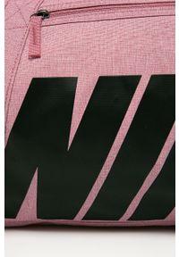 Różowa torba podróżna Nike z nadrukiem