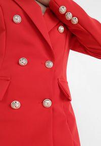 Born2be - Czerwona Marynarka Melloreia. Okazja: na spotkanie biznesowe. Kolor: czerwony. Materiał: tkanina. Długość: długie. Styl: wizytowy, biznesowy #4