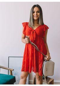 Czerwona sukienka Fanaberia.com z dekoltem w serek, midi, z krótkim rękawem