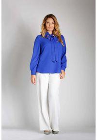 Nommo - Niebieska Elegancka Bluzka z Wiązaniem PLUS SIZE. Kolekcja: plus size. Kolor: niebieski. Materiał: wiskoza, poliester. Styl: elegancki
