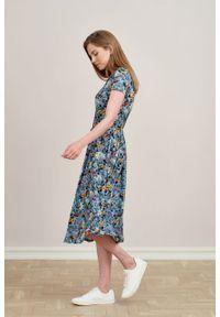 Marie Zélie - Sukienka Emelina Lucida błękitna krótki rękaw. Kolor: niebieski. Materiał: wiskoza, dzianina, materiał, elastan, tkanina, guma. Długość rękawa: krótki rękaw. Styl: klasyczny. Długość: midi