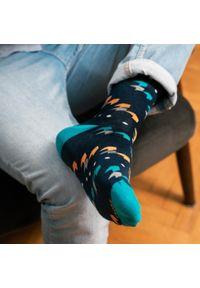 More - Granatowe skarpety męskie w kolorowy geometryczny wzór, strzałki SK257. Kolor: niebieski. Materiał: bawełna, poliamid, elastan. Wzór: geometria, kolorowy