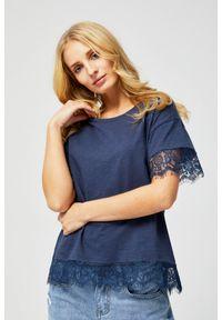 Niebieska bluzka MOODO w koronkowe wzory