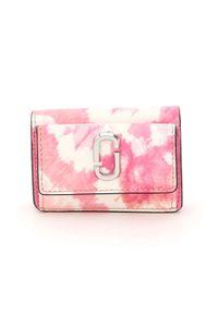 THE MARC JACOBS - Różowy portfel Tie Dye Mini. Kolor: biały