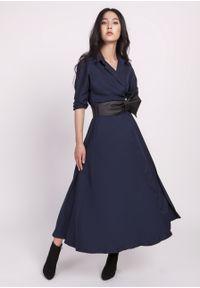 e-margeritka - Sukienka midi rozkloszowana granatowa - 42. Kolor: niebieski. Materiał: skóra, materiał, poliester. Typ sukienki: kopertowe, rozkloszowane. Styl: elegancki. Długość: midi
