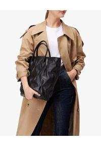Coccinelle - COCCINELLE - Skórzana czarna torba z marszczeniem Diana Goodie. Kolor: czarny. Wzór: aplikacja. Materiał: skórzane. Styl: elegancki. Rodzaj torebki: na ramię