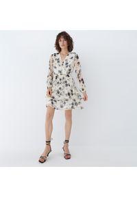 Mohito - Szyfonowa sukienka w kwiaty - Kremowy. Kolor: kremowy. Materiał: szyfon. Wzór: kwiaty