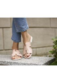 Zapato - damskie klapki na miękkiej podeszwie - skóra naturalna - model 371 - kolor różowy. Okazja: na imprezę, na co dzień. Kolor: różowy. Materiał: skóra. Wzór: motyw zwierzęcy, kwiaty, nadruk, kolorowy. Sezon: lato, wiosna. Obcas: na płaskiej podeszwie. Styl: wakacyjny, klasyczny, casual