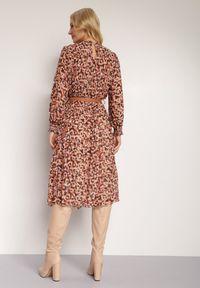 Renee - Beżowa Sukienka Delilla. Kolor: beżowy. Materiał: lakier, materiał. Wzór: aplikacja. Typ sukienki: plisowane. Długość: midi