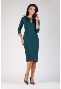 Nommo - Zielona Wizytowa Dopasowana Sukienka z Dekoracyjnym Dekoltem. Kolor: zielony. Materiał: wiskoza, poliester. Styl: wizytowy