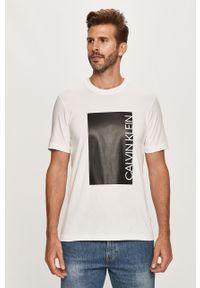 Biały t-shirt Calvin Klein casualowy, z nadrukiem, na co dzień