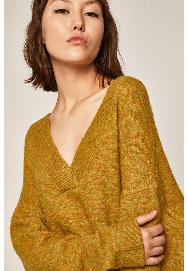 Żółty sweter medicine