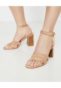 GIANVITO ROSSI - Beżowe sandały ze skóry zamszowej. Okazja: do pracy, na imprezę. Zapięcie: pasek. Kolor: beżowy. Materiał: skóra, zamsz. Wzór: paski. Obcas: na obcasie. Styl: klasyczny, elegancki. Wysokość obcasa: średni