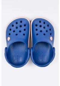 Niebieskie klapki Crocs z okrągłym noskiem