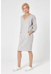 e-margeritka - Sukienka dresowa trapezowa szara - m. Okazja: na co dzień. Kolor: szary. Materiał: dresówka. Typ sukienki: trapezowe. Styl: casual