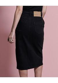 ONETEASPOON - Czarna jeansowa spódnica Society. Okazja: do pracy, na spotkanie biznesowe, na co dzień. Stan: podwyższony. Kolor: czarny. Materiał: jeans. Wzór: aplikacja. Styl: biznesowy, elegancki, casual #7