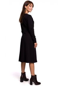 BE - Kopertowa sukienka z ciepłej dzianiny z paskiem. Materiał: dzianina. Długość rękawa: długi rękaw. Typ sukienki: kopertowe