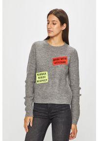 Szary sweter Noisy may z okrągłym kołnierzem, z aplikacjami, na co dzień