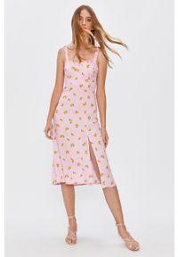 Różowa sukienka Answear Lab z okrągłym kołnierzem, prosta