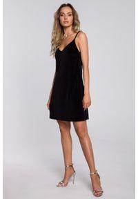 e-margeritka - Sukienka welurowa trapezowa mini czarna - 2xl. Kolor: czarny. Materiał: welur. Długość rękawa: na ramiączkach. Typ sukienki: trapezowe. Styl: elegancki. Długość: mini