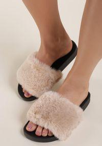 Renee - Beżowe Klapki Aphitti. Nosek buta: otwarty. Kolor: beżowy. Materiał: jeans, futro, materiał, guma. Sezon: lato. Styl: klasyczny