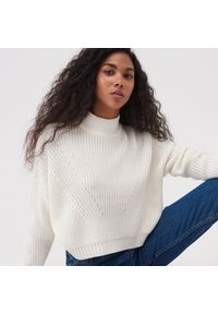 Kremowy sweter Sinsay krótki, ze stójką