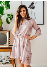 Różowa sukienka Fanaberia.com z falbankami, na lato