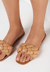Born2be - CIemnobeżowe Klapki Athessei. Nosek buta: otwarty. Kolor: beżowy. Sezon: lato. Obcas: na obcasie. Styl: klasyczny. Wysokość obcasa: niski