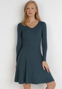 Born2be - Ciemnozielona Sukienka Perreos. Kolor: zielony. Materiał: dzianina, prążkowany. Długość rękawa: długi rękaw. Wzór: jednolity. Styl: klasyczny, elegancki. Długość: mini