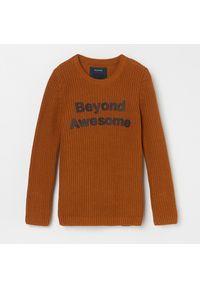 Brązowy sweter Reserved z napisami