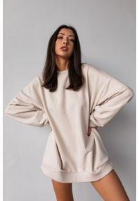 Marsala - Bluza typu oversize o przedłużonym kroju kolor WHITE SAND HUSH BY MARSALA. Materiał: dresówka, dzianina, elastan, jeans, bawełna. Styl: sportowy