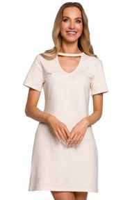 MOE - Bawełniana sukienka trapezowa z dekoltem V ecru mini. Okazja: na co dzień. Typ kołnierza: choker. Materiał: bawełna. Sezon: lato. Typ sukienki: trapezowe. Styl: casual. Długość: mini