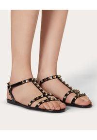 VALENTINO - Czarne sandały Rockstud. Nosek buta: otwarty. Zapięcie: pasek. Kolor: czarny. Materiał: guma. Wzór: aplikacja, paski. Sezon: lato. Styl: wakacyjny, elegancki