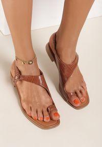 Renee - Camelowe Sandały Mystalise. Nosek buta: okrągły. Zapięcie: bez zapięcia. Materiał: skóra. Wzór: aplikacja. Obcas: na obcasie. Wysokość obcasa: niski
