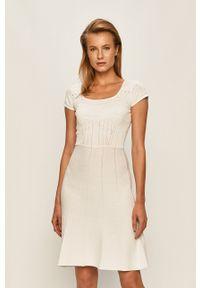 Guess Jeans - Sukienka. Kolor: biały. Materiał: jeans. Długość rękawa: krótki rękaw. Typ sukienki: rozkloszowane