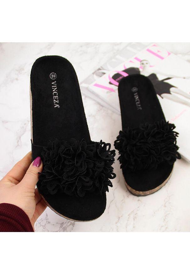 Klapki damskie z kwiatkami czarne Vinceza. Kolor: czarny. Materiał: materiał. Wzór: kwiaty