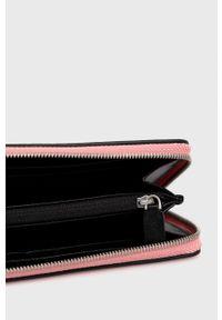 Calvin Klein Jeans - Portfel. Kolor: różowy. Materiał: materiał. Wzór: gładki
