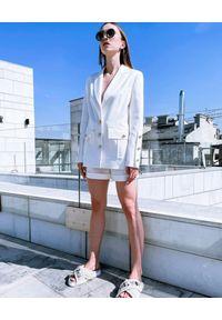 MOTIVE&MORE - Kremowa marynarka Zarina. Kolor: biały. Materiał: tkanina, materiał. Długość rękawa: długi rękaw. Długość: długie. Sezon: lato, wiosna