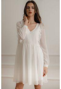 Lenitif - Swobodna szyfonowa sukienka z pionowymi falbanami ecru. Typ kołnierza: dekolt w serek. Materiał: szyfon. Długość: midi