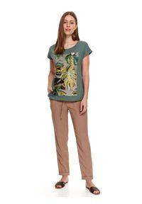 TOP SECRET - T-shirt z nadrukiem w monstery. Okazja: na spacer. Kolor: zielony. Materiał: tkanina, bawełna. Długość rękawa: krótki rękaw. Długość: krótkie. Wzór: nadruk. Sezon: lato. Styl: wakacyjny