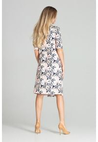 Figl - Kopertowa sukienka midi z ozdobnymi guzikami pastelowa panterka. Okazja: do pracy. Wzór: motyw zwierzęcy. Typ sukienki: kopertowe. Styl: elegancki. Długość: midi